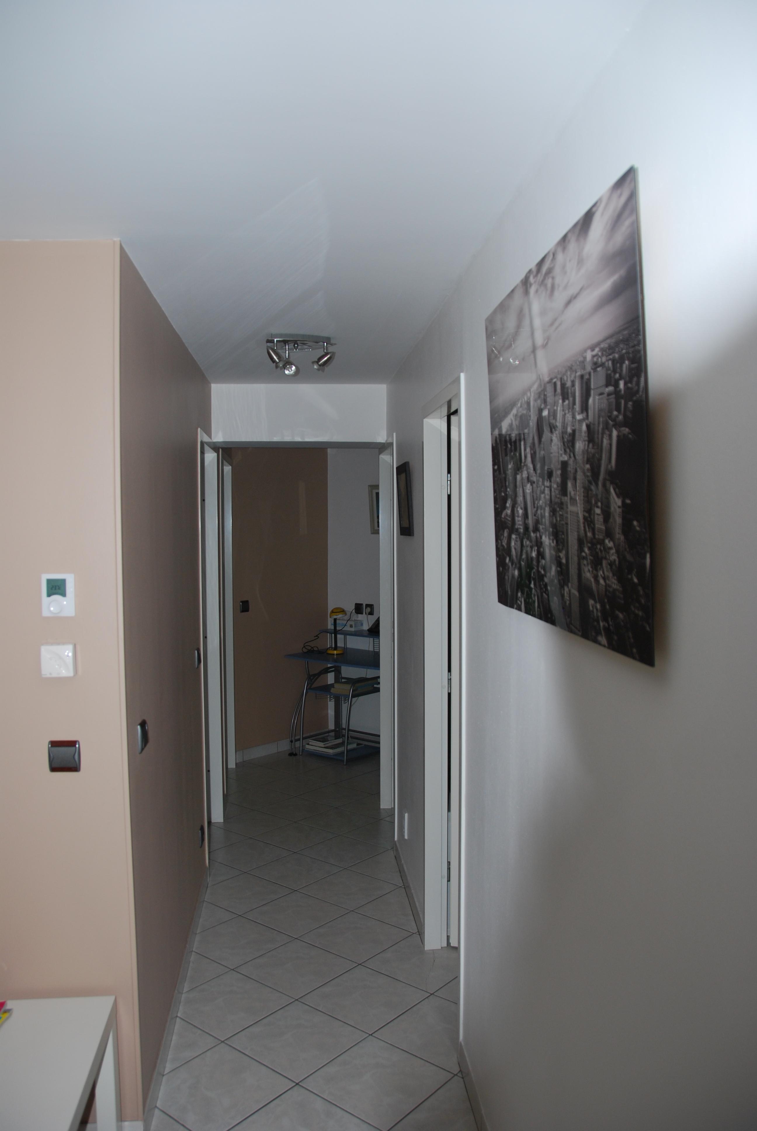 Le couloir des chambres + bureau